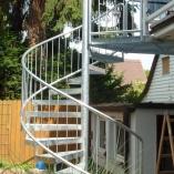 Spindeltreppe mit Gitterroststufen und Rohrrahmengeländer