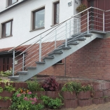 Bogentreppe Außen, Holmtreppe