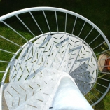 Aussenspindeltreppe mit Blechstufen, stencilzink