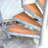 Spindeltreppe mit Holzstufen, Holzeinlage