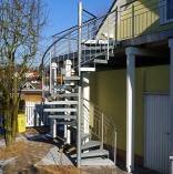 Aussenspindeltreppe mit Gitterroststufen an Haus
