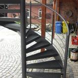 Gewendelte Aussenspindeltreppe aus Stahl mit Gitterroststufen