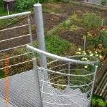 Aussenspindeltreppe aus Stahl mit Gitterroststufen