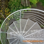 Außenspindeltreppe aus Stahl mit Gitterroststufen