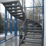 Flachstahl-Wangentreppe als Geschäftstreppe - Vollansicht