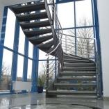 Flachstahl-Wangentreppe als Geschäftstreppe - im Raum