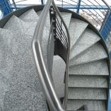 Flachstahl-Wangentreppe als Geschäftstreppe - Bogen
