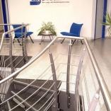 Flachstahl-Wangentreppe als Geschäftstreppe - Galeriegeländer