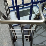 Flachstahl-Wangentreppe als Geschäftstreppe - Geländerdetail