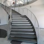 Flachstahl-Wangentreppe als Geschäftstreppe