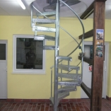 Spindeltreppe mit Riffelblechtstufen als Geschäftstreppe
