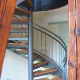 Spindeltreppe mit Wannenstufe als Geschäftstreppe