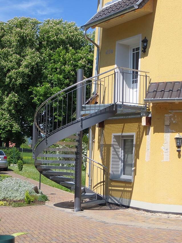 spindeltreppe mit gitterroststufen f r b rogeb ude treppen partner. Black Bedroom Furniture Sets. Home Design Ideas
