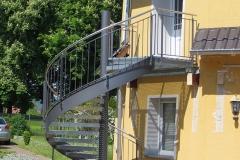 Spindeltreppe mit Gitterroststufen als Geschäftstreppe
