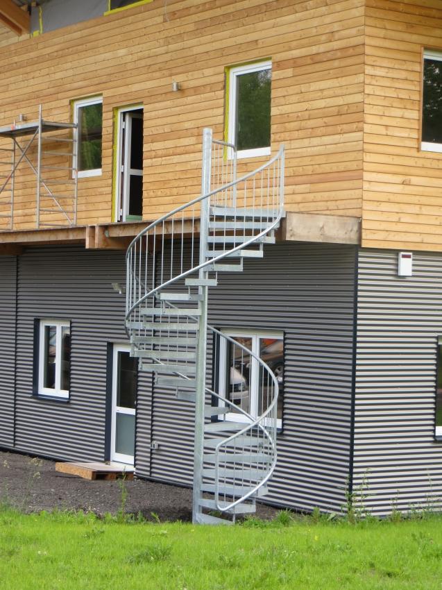 spindeltreppe mit gitterroststufen f r b rogeb ude treppen. Black Bedroom Furniture Sets. Home Design Ideas