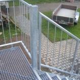 Wangentreppe mit Gitterroststufen als Geschäftstreppe