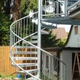 Spindeltreppe mit Gitterroststufen und Rohrrahmengeländer SSG1