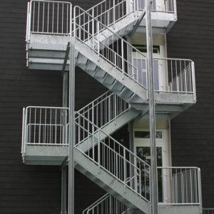 Fluchttreppe, Wangentreppe mit Gitterroststufen