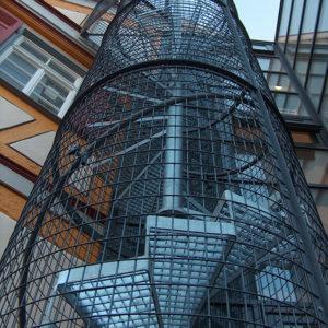 Spindeltreppe mit Gitterroststufen