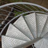 SSL: Spindeltreppe mit Lochblechstufen für Geschäftsräume